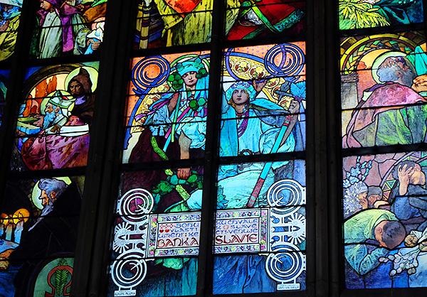 細やかな装飾のステンドグラスが美しい、聖ヴィート大聖堂