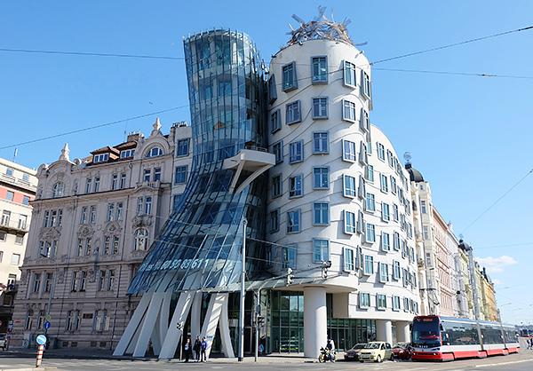 これぞ現代建築!ユニークなダンシングビル