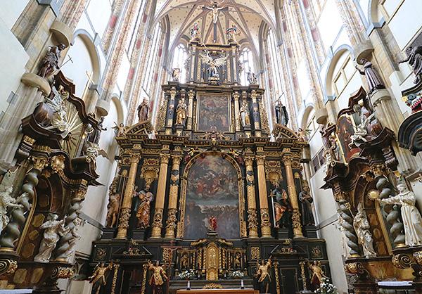 シンプルな外観と豪華な内装のギャップが魅力的な雪の聖母教会
