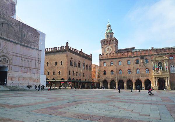 ボローニャの中心マッジョレー広場