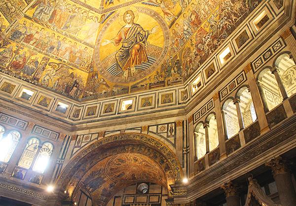 美しいサン・ジョヴェンニ洗礼堂の内部