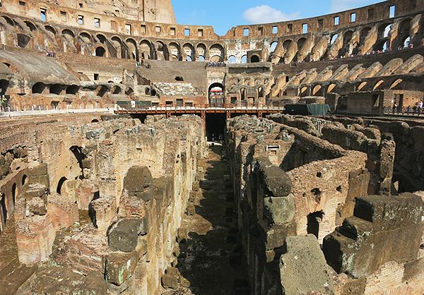 その大きさに圧倒されるコロッセオはローマに行ったら必見