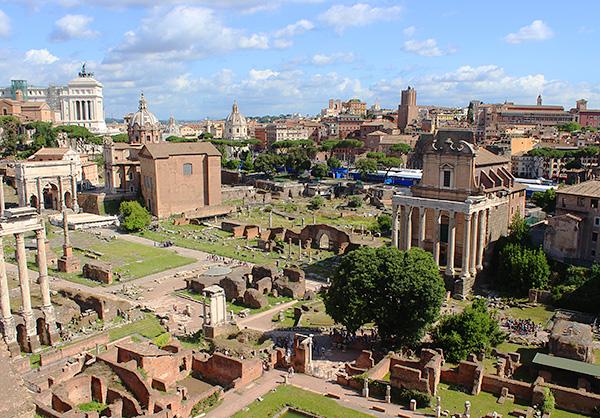 約1000年にわたり栄えたことを今に伝えるフォロ・ロマーノ