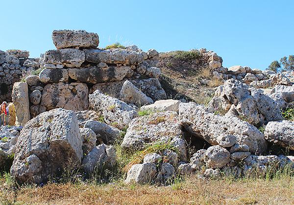 ゴゾ島にある新石器時代の巨石神殿ジュガンティーヤ神殿