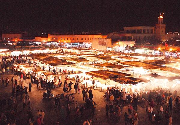 夜になると、昼とは違う賑わいを見せるジャマ・エル・フナ広場